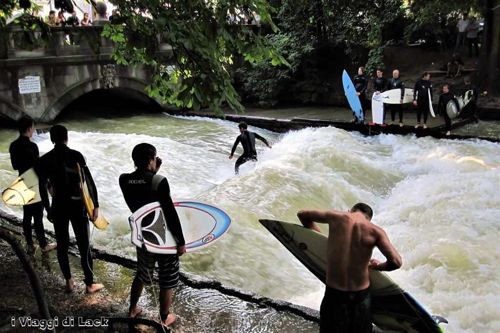 Ragazzi fanno surf sull'Einsbach