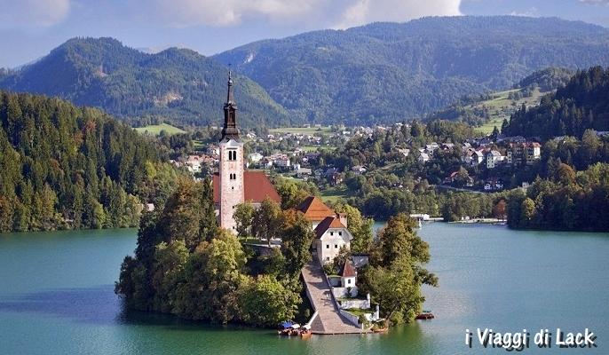 Isola al centro del lago