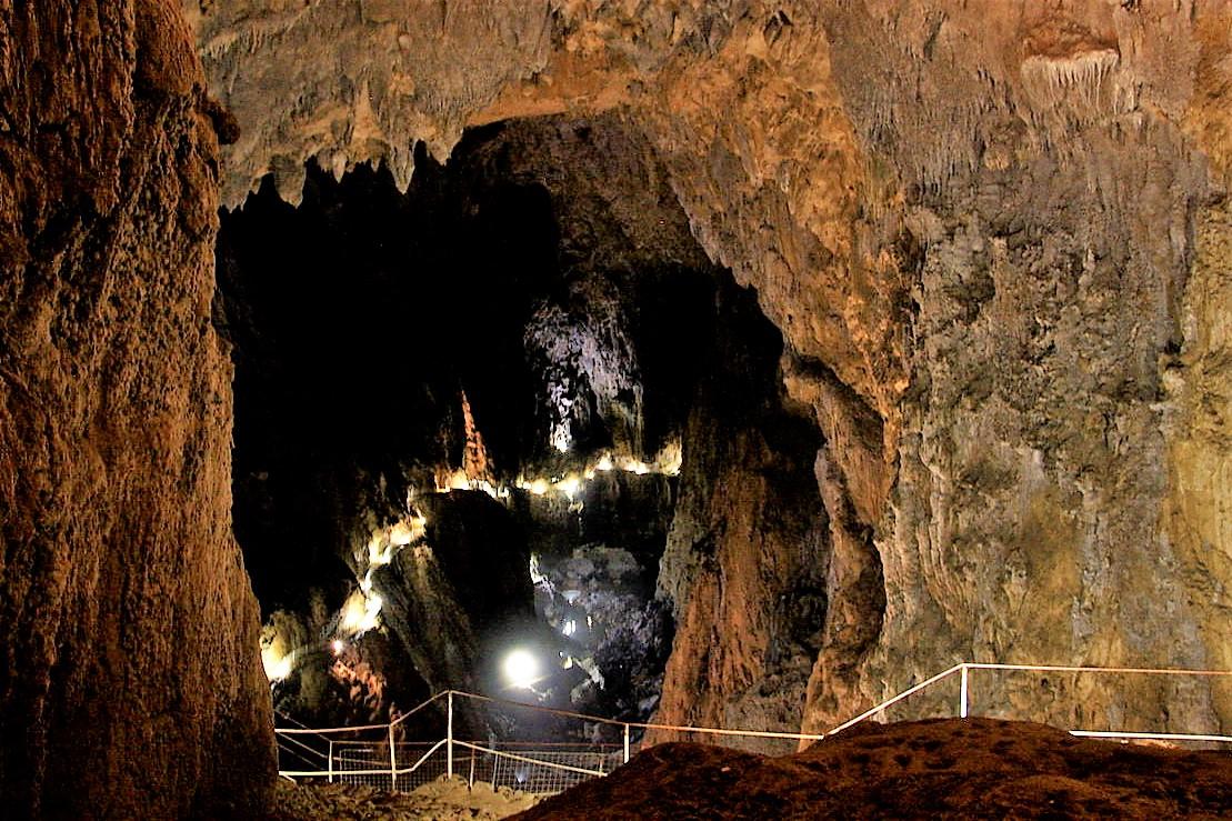passerella nella grotta