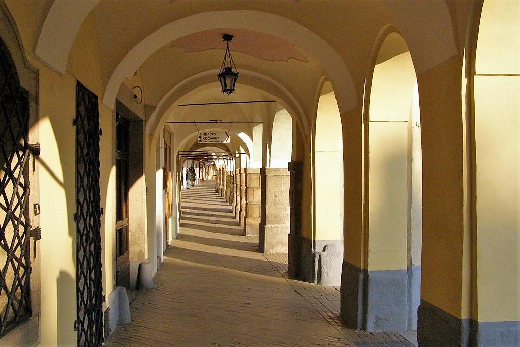 Sotto ai portici della piazza