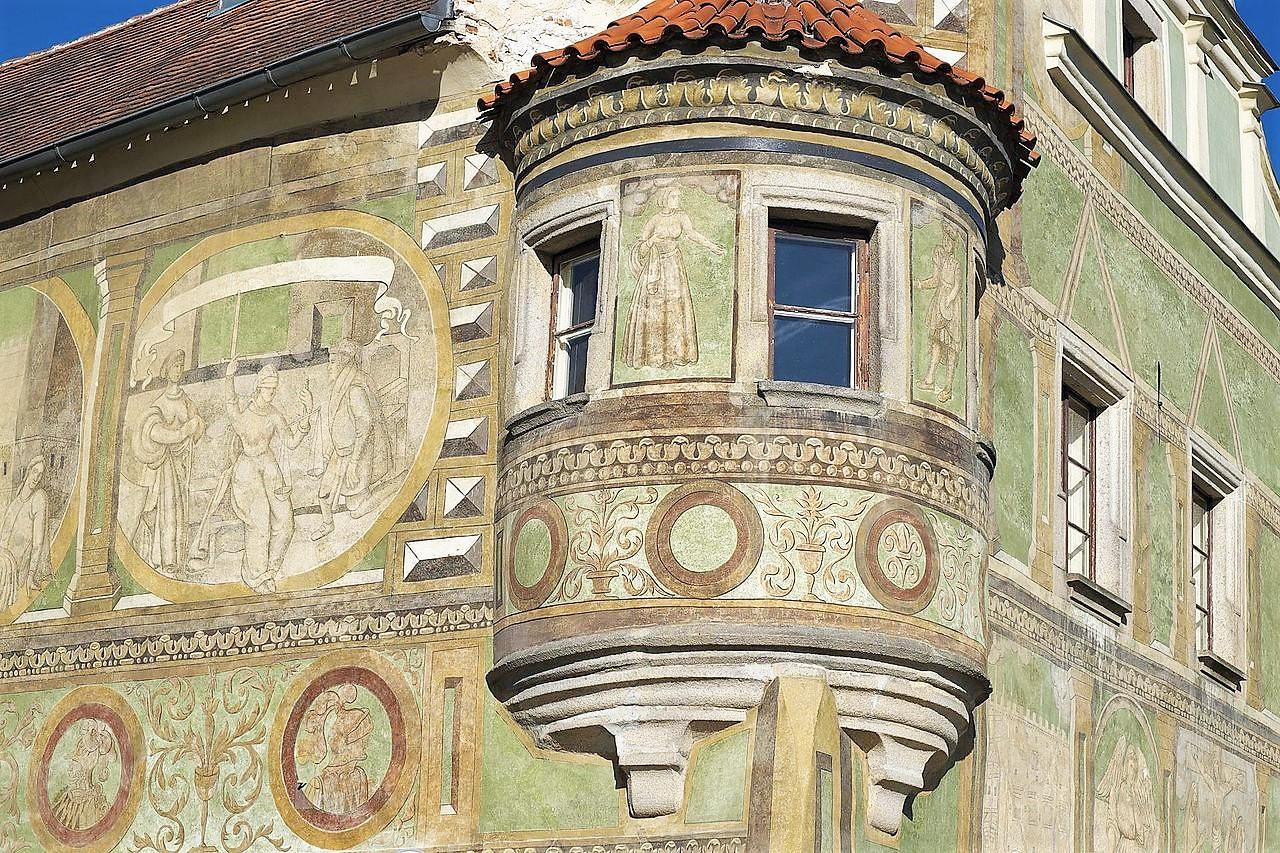 Particolare della facciata di una casa affacciata sulla piazza