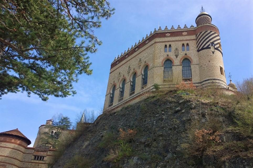 Verso l'ingresso del castello